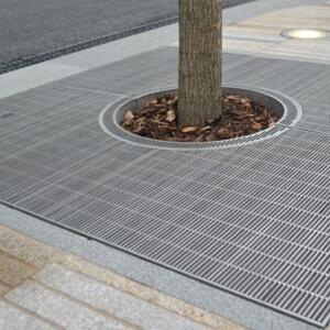Large tree protection grille with circular center